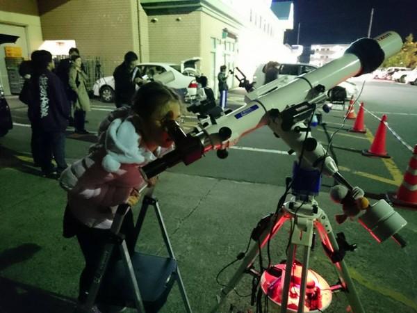 望遠鏡覗く女の子